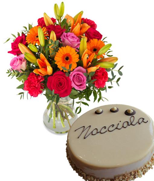 bouquet-di-fiori-accesi-con-torta-alla-nocciola