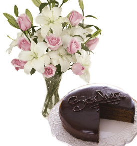bouquet-di-gigli-e-rose-con-torta-sacher