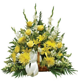 cesto-lutto-rose-gigli-fiori-gialli-e-bianchi