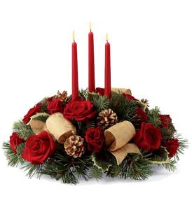 centro-tavola-natalizio-con-rose-rosse